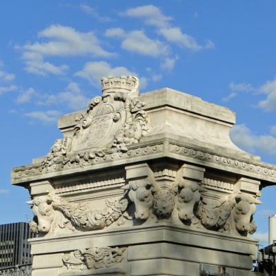 Décorations d'un pilier du viaduc d'Austerlitz